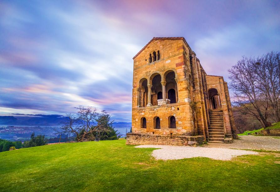 Am Fuße des Monte Naranco befindet sich die Kirche Santa Maria del Naranco.