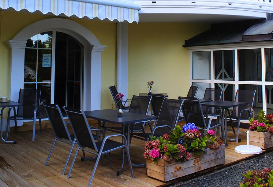 Bei schönem Wetter können Sie auf der Terrasse verweilen.