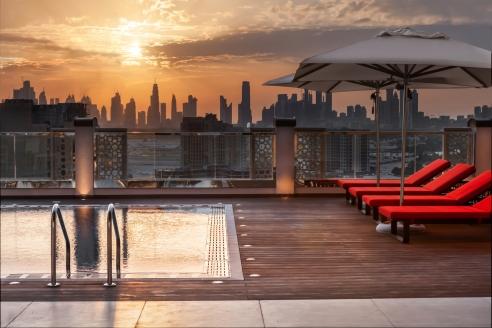Ein absolutes Highlight des Hotel Hilton Garden Inn Dubai Al Jadaf Culture Village ist die Dachterrasse mit Panoramapool.
