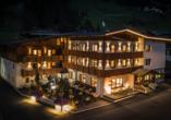 First Mountain Hotel Ötztal Längenfeld Tirol Österreich, Außenansicht bei Nacht