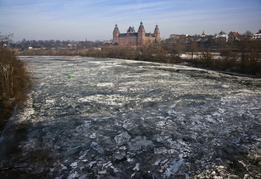 Der gefrorene Main und das Schloss Johannisburg in Aschaffenburg bieten im Winter einen spektakulären Anblick.