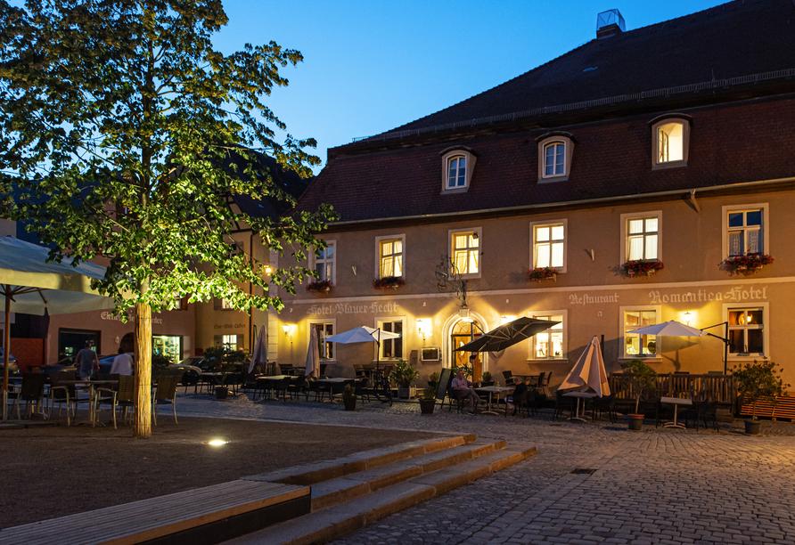 Das Hotel ist am Abend schön beleuchtet.