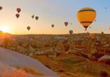 Heißluftballons über Göreme in Kappadokien