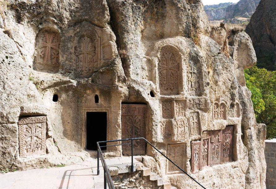 Das Höhlenkloster Geghard ist geheimnisvoll, liebevoll verziert und wunderschön gelegen.