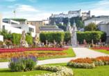 Das Schloss Mirabell in Salzburg mit Blick auf die Festung Hohensalzburg ist ein schönes Fotomotiv.