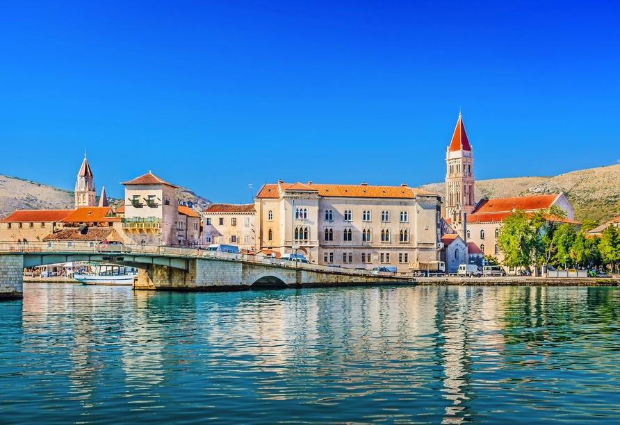 Trogir an der dalmatinischen Küste Kroatiens erwartet Sie.
