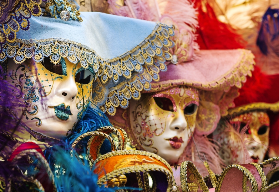 Die venenezianischen Masken sind faszinierend, wunderschön und mysteriös.