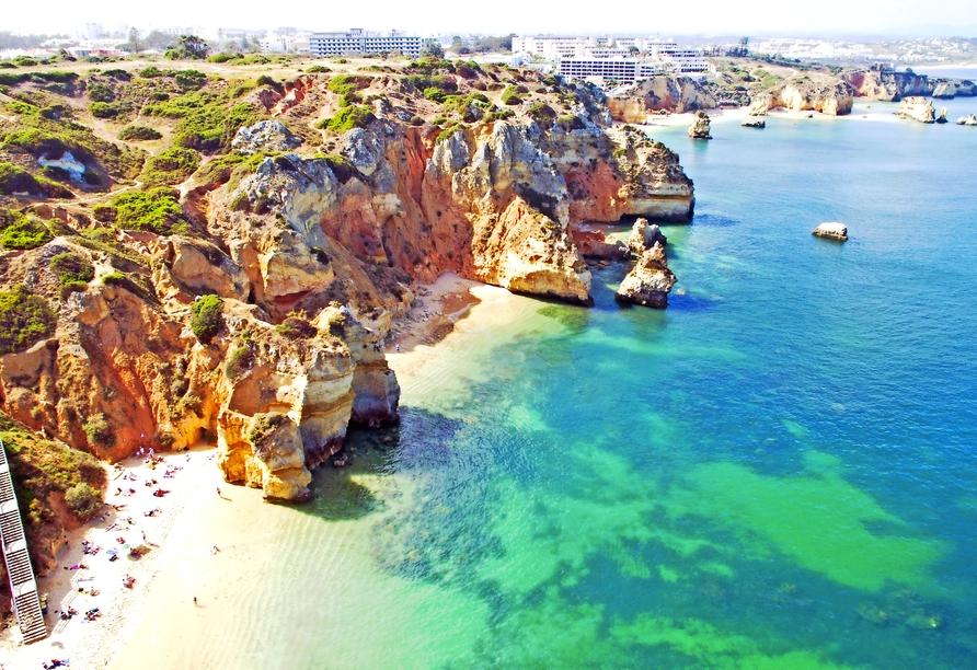 Luftaufnahme der natürlichen Felsen in der Nähe von Lagos an der Algarve