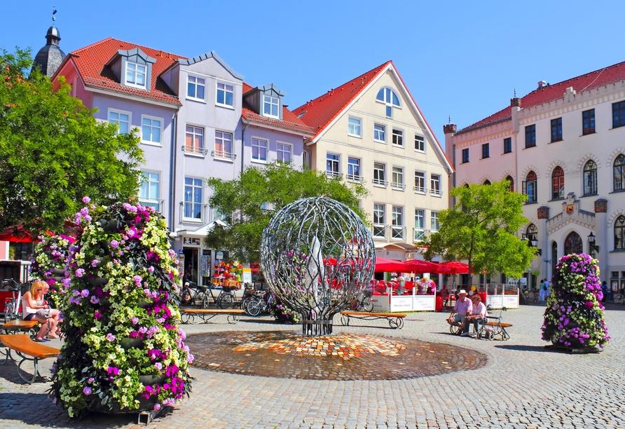 Schlendern Sie über den hübschen Rathausplatz von Waren (Müritz).