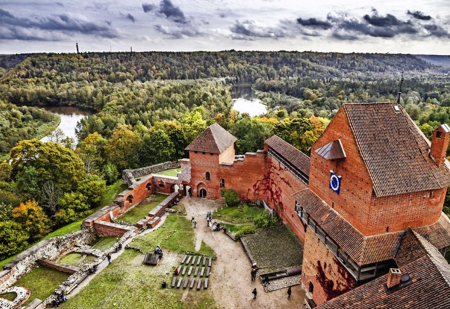 Die Burg Turaida ist traumhaft am Fluss Gauja gelegen.