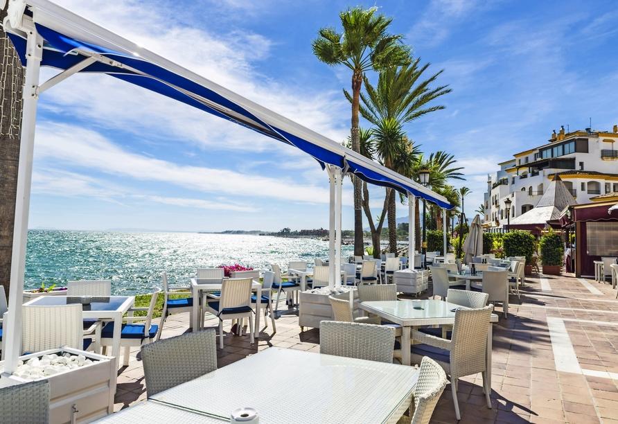 Der luxuriöse Hafen Puerto Banus in Marbella lädt zum Flanieren und Verweilen ein.